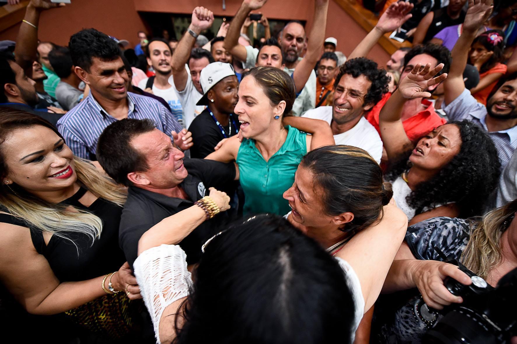 Fernanda Melchionna e os lutadores das ocupações no momento da derrubada do veto ao Projeto de AEIS.