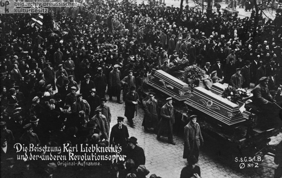 Aufnahmedatum: 25.01.1919  Aufnahmeort: Berlin  Material/Technik: Fotopostkarte  Systematik:   Geschichte / Deutschland / 20. Jh. / Weimarer Republik / Ereignisse / Spartakusaufstand 1919 / Beisetzungen / Liebknecht