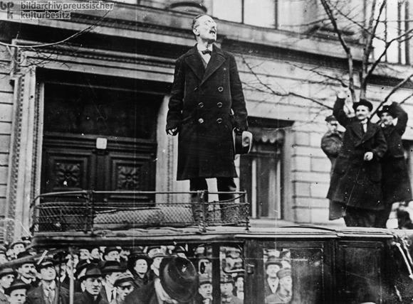 Fotograf: Willy Römer Liebknecht: agitação contra a Guerra em frente ao Ministério do Interior - Janeiro de  1919
